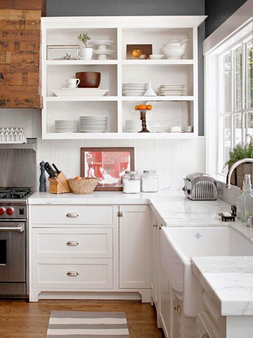 яркие тарелки и кружки на кухне - бюджетный ремонт кухни