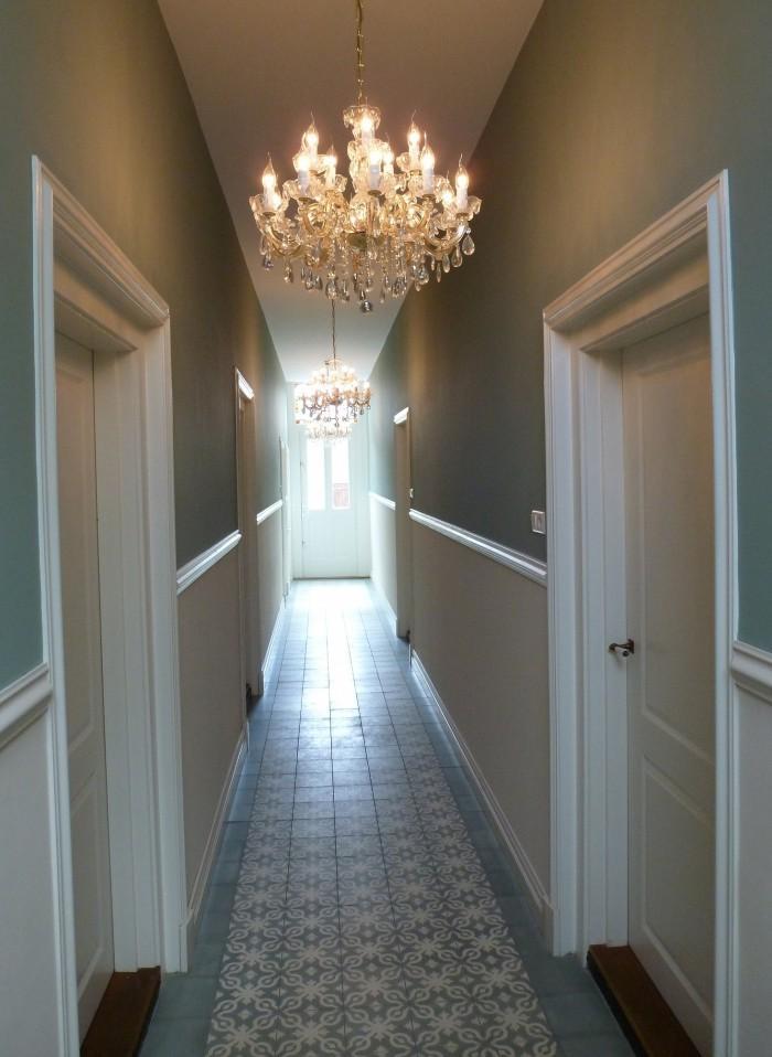 большая коридорная люстра - ремонт в узком коридоре