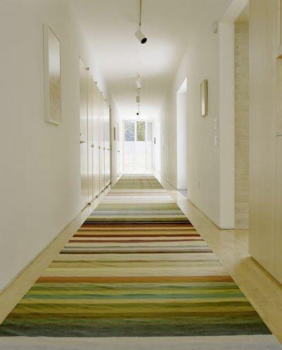 качественный пол в узком коридоре