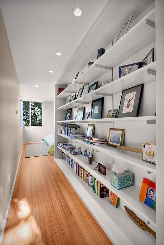 книжные полки в коридоре
