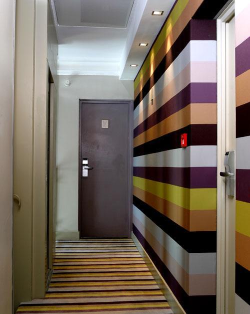текстурные обои в узком коридоре 2