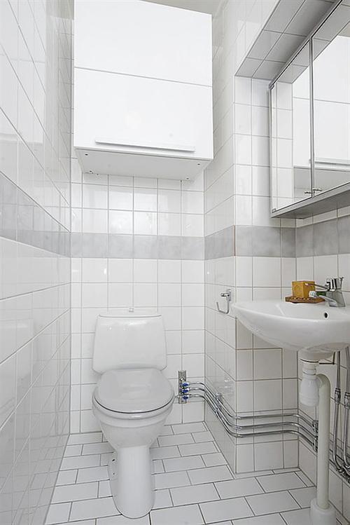 белая глянцевая плитка в туалете