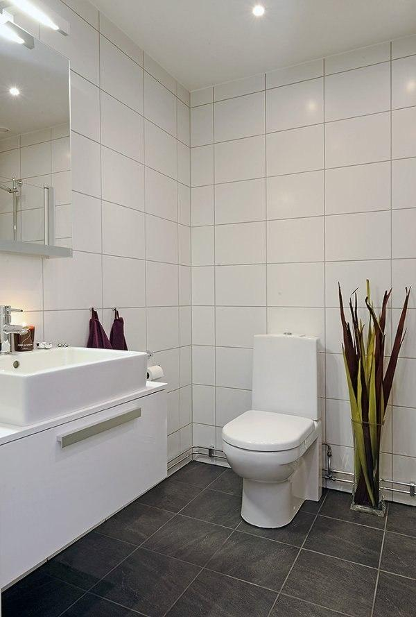 гладкая глянцевая плитка в туалете