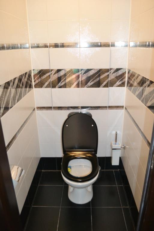 контрастная плитка в туалете