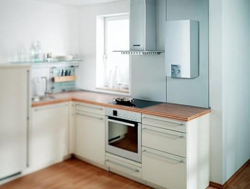 красивая белая газовая колонка. ремонт кухни с газовой колонкой