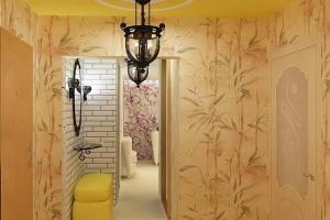 раскрашенные стены в коридоре