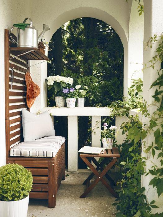 настенная панель и ящик скамейка на балконе - лайфхаки для балкона