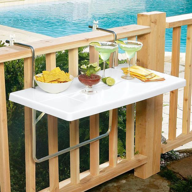 небольшие подвесные столики на балконе