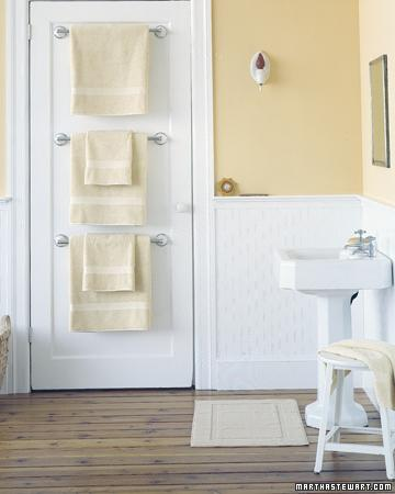 держатели полотенец на обртаной стороне двери в ванной