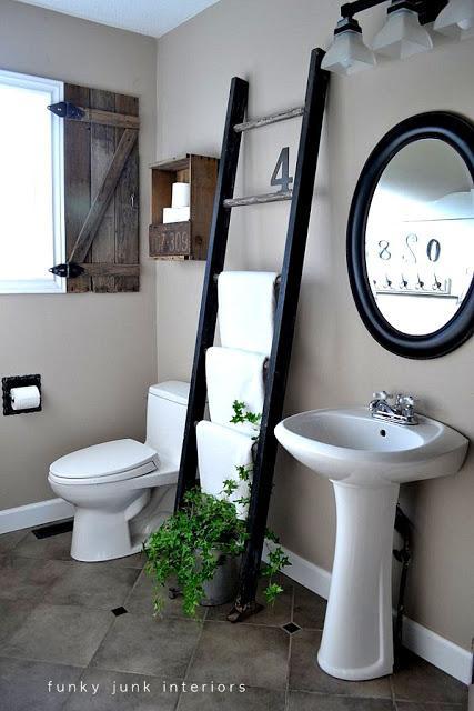 лестница в качестве держателя полотенец в ванной