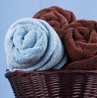 свёрнутые полотенца в ванной