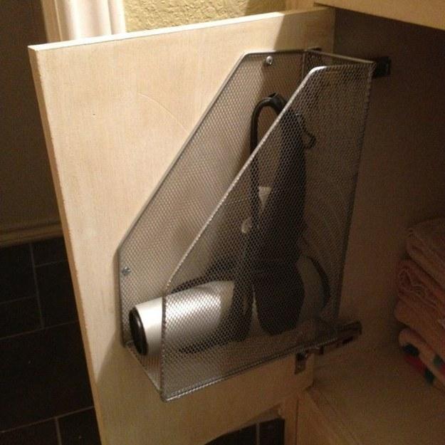 удобное хранение в ванной электроприборов 2