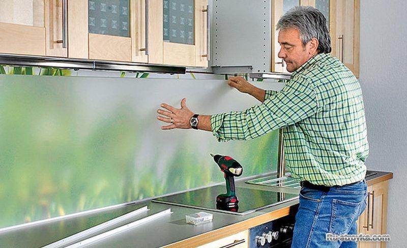 установка стеклянной стеновой панели
