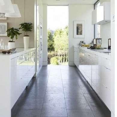 белая длиная узкая кухня. дизайн узкой кухни