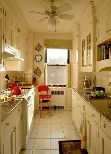 винтажные элементы на узкой кухне. дизайн узкой кухни