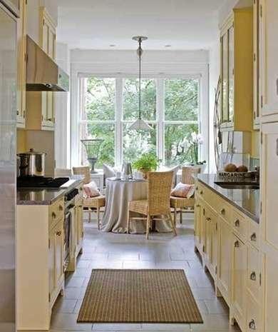 стол у окна на кухне. дизайн узкой кухни