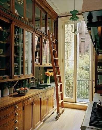 шкафы до потолка на кухне. дизайн узкой кухни
