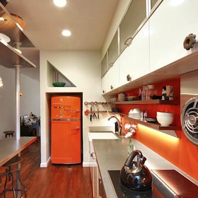 яркие цвета на кухне. дизайн узкой кухни