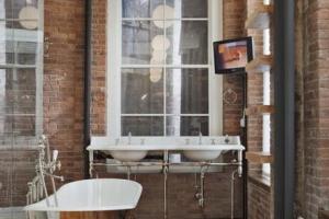 ванная комната в коричневым полом