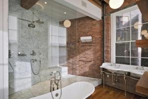 хромированный детали в ванной лофт