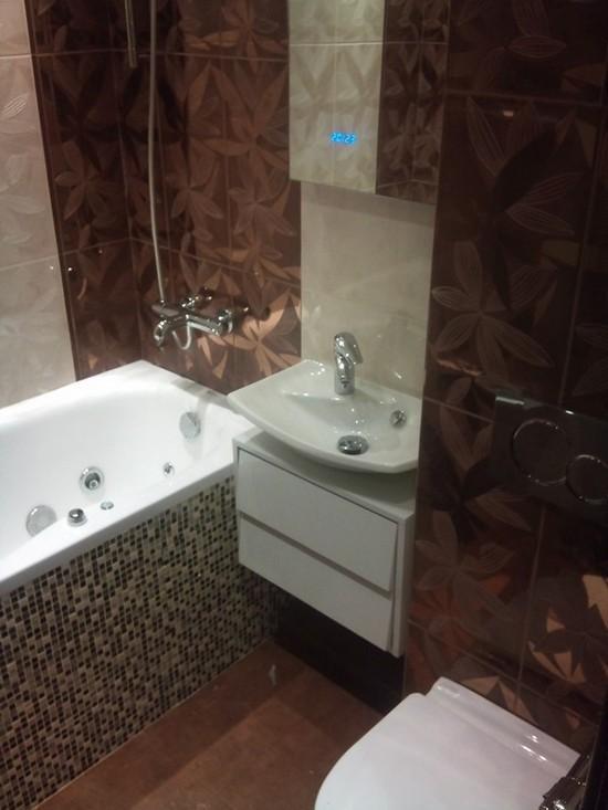 компактная корзина белья в ванной