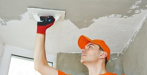 Сильные неровности потолка нужно выровнять