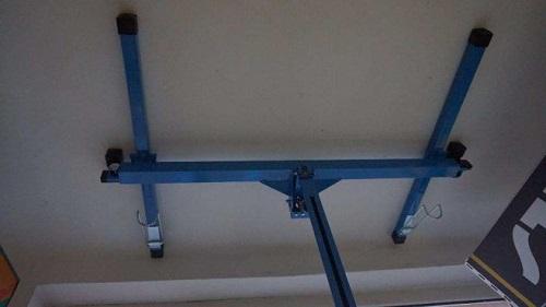 Для монтажа гипсокартона на потолок используйте держатель