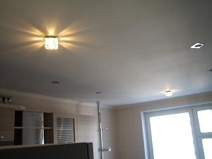 В гипсокартонный потолок можно встроить подсветку