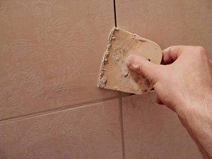 Наносить затирку для плитки нужно правильно